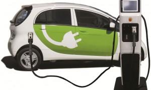 BRAUKŠANA AR E-AUTO IR BŪTISKI LĒTĀKA 100 km brauciens ar e-auto izmaksās ap 2,5 euro, bet ar parasto auto – ap 7 euro